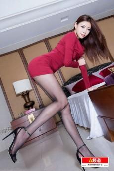 性感腿模Zoey粉红色短裙黑丝身材火辣诱人